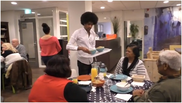 Samen eten in het Proeflokaal op het Mandelaplein